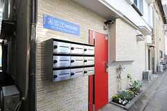 玄関周辺の様子。ポストは部屋ごとに設置されています。(2013-04-05,周辺環境,ENTRANCE,1F)