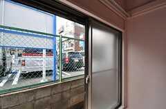 窓の外は駐車場です。(102号室)(2013-04-05,専有部,ROOM,1F)