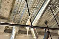 ダイニングスペースの上から、鳥が見つめています。(2017-02-16,共用部,OTHER,3F)