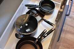 シンクの下は共用の鍋やフライパンが収納されています。(2017-02-16,共用部,KITCHEN,3F)