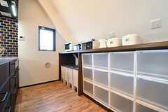 キッチンの対面は収納棚です。収納棚にキッチン家電が並んでいます。収納棚の下は専有部ごとにスペースが決められています。(2017-02-16,共用部,KITCHEN,3F)