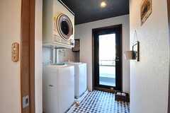 ランドリールームの様子。洗濯機が3台、乾燥機が1台設置されています。ドアから物干しスペースへ出られます。(2017-02-16,共用部,LAUNDRY,3F)