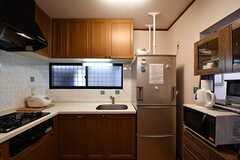 キッチンの様子。キッチンの脇に冷蔵庫が設置されています。(2017-10-03,共用部,KITCHEN,1F)