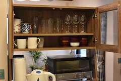 共用の食器の様子。食器の下にはキッチン家電が置かれています。(2017-10-03,共用部,KITCHEN,1F)