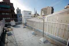 屋上には物干し台がある。(2008-12-23,共用部,OTHER,8F)
