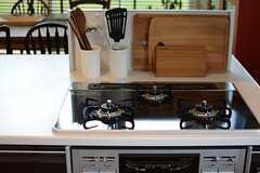 ガスコンロは3口です。下部にはオーブンが設けられています。(2015-04-07,共用部,KITCHEN,3F)