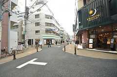 東京メトロ丸ノ内線・新宿御苑駅からシェアハウスに向かう道の様子2。飲食店が充実しています。(2015-02-24,共用部,ENVIRONMENT,1F)