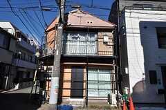 黒いドアが101号室専用の玄関です。(2011-01-17,共用部,OUTLOOK,1F)