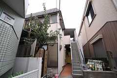 シェアハウスの外観。1階がシェアハウス、2階は賃貸アパートです。(2013-10-31,共用部,OUTLOOK,1F)