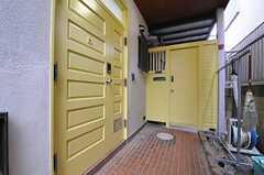 シェアハウスの玄関ドアの様子。奥のドアは外階段につながっています。(2013-10-31,周辺環境,ENTRANCE,1F)