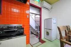 ドアの先は屋上につながる外階段に通じています。(2013-10-31,共用部,KITCHEN,1F)