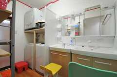 洗面台と洗濯機・乾燥機が設置されています。(2013-10-31,共用部,BATH,1F)