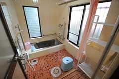 バスルームの様子。シャワーが2つ設置されていて、シャワーカーテンで仕切れるようになっています。(2013-10-31,共用部,BATH,1F)