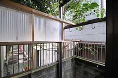屋根が付いていて、物干しができます。目隠しが増設される予定です。(105号室)(2013-10-31,専有部,ROOM,1F)