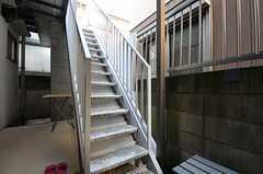 物干し場と屋上に向かうための外階段の様子。(2013-10-31,共用部,OTHER,1F)