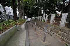 シェアハウスから駅へ近道をする階段。雰囲気があります。意外と人通りも多め。(2013-10-31,共用部,ENVIRONMENT,1F)