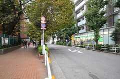 シェアハウスから各線・東新宿駅へ向かう道の様子。(2013-10-31,共用部,ENVIRONMENT,1F)