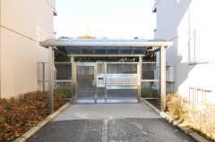 敷地内にはオートロックの門があります。(2010-12-15,周辺環境,ENTRANCE,1F)