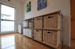部屋ごとに分けられた食材などを置くスペース。籐のかごの1つは共用です。(バニラ)(2011-05-11,共用部,KITCHEN,4F)