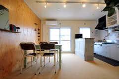 リビングの様子。アンティーク家具が並んでいます。(nismu)(2010-10-18,共用部,LIVINGROOM,4F)