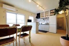 リビングからキッチンをみるとこんな感じ。(nismu)(2010-10-18,共用部,LIVINGROOM,4F)