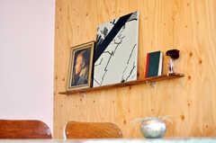 壁は釘打ちOK。棚をつくったり絵を掛けたりできます。(nismu)(2010-10-18,共用部,LIVINGROOM,4F)