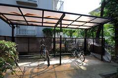自転車置き場の様子。棟ごとに置く場所は異なります。(2010-10-18,共用部,GARAGE,1F)