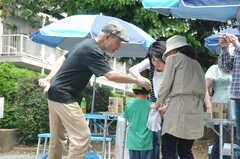 ガーデニングイベントの様子2。大人も子供も、運営事業者さんも参加しています。(2013-06-30,共用部,PARTY,1F)