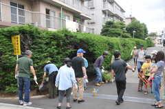 ガーデニングイベントの様子15。敷地の入口付近にも花壇を作ります。(2013-06-30,共用部,PARTY,1F)