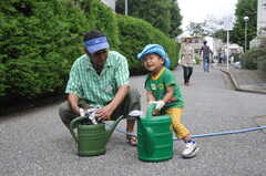 ガーデニングイベントの様子18。水やりは大きなじょうろで。(2013-06-30,共用部,PARTY,1F)