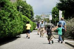 広い敷地を走り回る子どもたち。(2013-06-30,共用部,PARTY,1F)