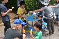 ガーデニングイベントの様子21。年齢に関係なくなかよし。(2013-06-30,共用部,PARTY,1F)