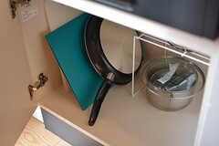 フライパンや鍋類はコンロ下に収納されています。(2017-03-01,共用部,KITCHEN,1F)