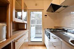 キッチンからベランダに出られます。蛇腹式の網戸が取り付けられていて、風が通ります。(2017-03-01,共用部,KITCHEN,1F)