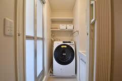 脱衣室の様子。乾燥機能付き洗濯機と洗面台が設置されています。(2017-03-01,共用部,BATH,1F)