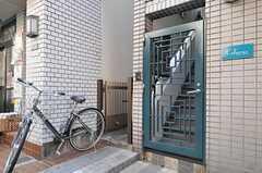 玄関へは正面の扉を開けて階段で上がります。(2013-03-15,共用部,OUTLOOK,1F)
