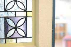 玄関脇の壁の一部は、ステンドグラス風です。(2013-03-15,周辺環境,ENTRANCE,3F)