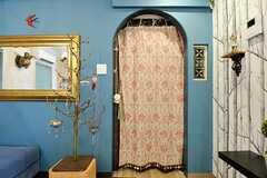 玄関との出入り口はカーテンで目隠しできます。(2013-03-15,共用部,LIVINGROOM,3F)