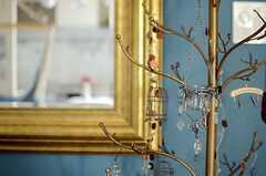 ツリーの形をしたハンガーラック。きらきらと輝く小物も掛けられています。(2013-03-15,共用部,LIVINGROOM,3F)