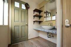 正面のドアがバスルーム。洗面台の手前のドアはトイレです。(2013-03-15,共用部,OTHER,3F)