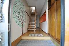 玄関からみた内部の様子。入って右手にリビングがあります。(2013-08-06,周辺環境,ENTRANCE,1F)