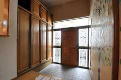内部から見た玄関まわりの様子。(2013-08-06,周辺環境,ENTRANCE,1F)