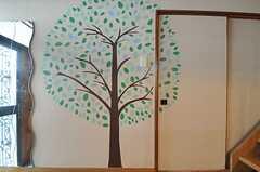 入り口にはスタッフさんが描いた木の絵が。(101号室)(2013-08-06,専有部,ROOM,1F)