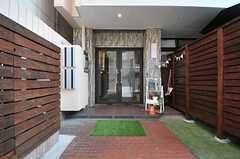 シェアハウスの正面玄関。(2014-07-31,周辺環境,ENTRANCE,1F)