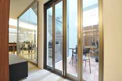 ソファの裏手にある折り戸から、吹き抜けを利用したテラスに出られます。(2013-02-12,共用部,LIVINGROOM,)