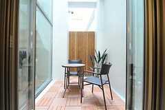 テラスにはテーブルとチェアが用意されています。(2013-02-12,共用部,OTHER,)
