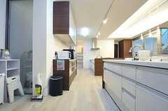 キッチンの様子。突き当たりにストックルームがあります。(2013-02-12,共用部,KITCHEN,)