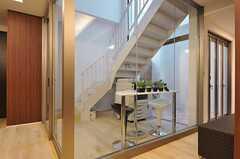 階段脇にはテーブルとプリンターが置かれています。(2013-03-10,共用部,OTHER,)