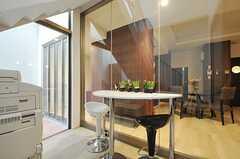 玄関につながる階段部分とラウンジは仕切られているので、空調効率は良いかと。(2013-03-10,共用部,OTHER,)