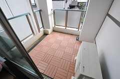 掃き出し窓からベランダに出られます。(207号室)(2013-02-12,専有部,ROOM,2F)